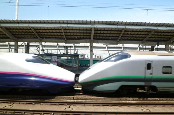 高速で通過する東北新幹線の合体部分をデジカメで撮った